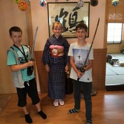 Esame Japonų kultūros centre. ;) Ugnė turėjo galimybę pabūti tikra geiša, o vaikinai palaikyti tikrus Japonų karių kardus. Įdomūs potyriai kitoje kultūroje. ;)