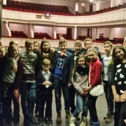 """"""" Šiandien užsiėmimas vyko ne Oratorių mokykloje, o mums visiems pravedė ekskursiją po Muzikinio teatro užkulisius. Pamatėm daug naujų dalykų."""""""