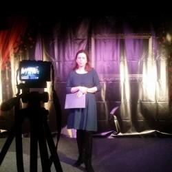 Oratorių mokyklos dalyvė Aušra sako baigiamąją kalbą Kauno mažojo teatro scenoje... Išbandyk ir Tu teatro sceną. ;)