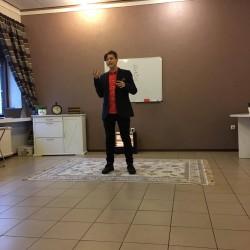 Adomas energingai dalinasi savo mintimis su auditorija ir siekia mus sudominti... :)