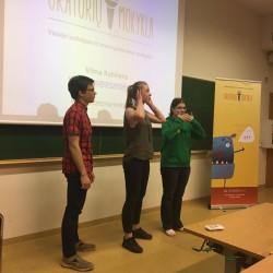 Oratorių mokyklos įkūrėja Vilma lankosi Vytauto Didžiojo universitete ir su studentais dalinasi žiniomis apie neverbalinę komunikaciją... :) Nemato, negirdi, nekalba, kas? ;)