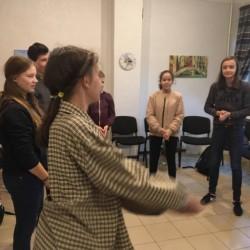 Su 5-8 kl. grupe žaidžiame apšilimo žaidimus, jog būtume energingesni, drąsesni ir geriau susipažintume vieni su kitais. ;)