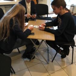 Moksleiviai tik baigę pamokas atlekia į Oratorių mokyklą, kadangi čia yra gausybė stalo žaidimų, kuriuos įdomu sužaisti belaukiant užsiėmimo... ATEIK IR TU! ;)