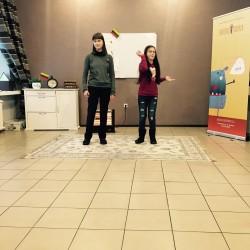Fausta ir Petra reklamuoja super, duper šaukštelį... pasirodo, šaukštelis gali turėti tiek daug funkcijų. :)