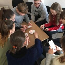 Moksleiviai tik baigę pamokas atskuba į Oratorių mokyklą, kadangi čia yra gausybė stalo žaidimų, kuriuos įdomu sužaisti belaukiant užsiėmimo... ATEIK IR TU! ;)